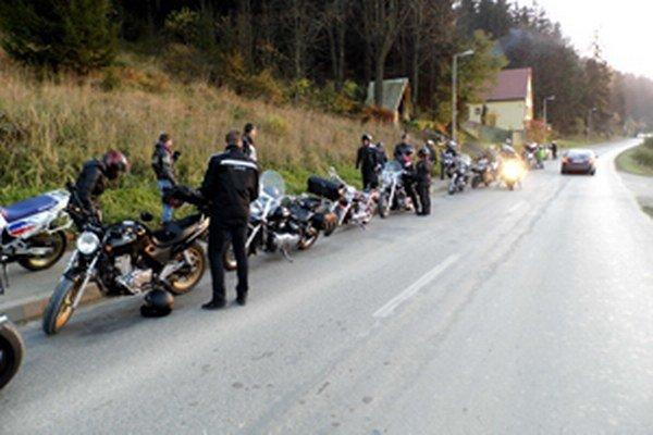 Na miestach tragicky zosnulých motorkárov zapálili sviečku.
