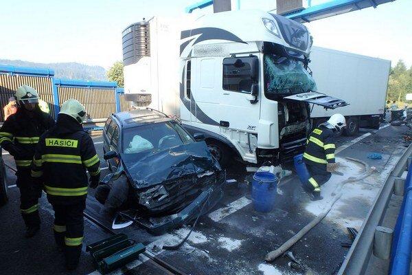 Vážna dopravná nehoda sa stal pred tunelom Horelica.
