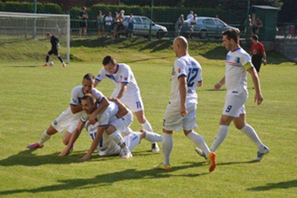 Takto vyzerala radosť domácich hráčov po rýchlom a krásnom úvodnom góle Jána Pavlicu.
