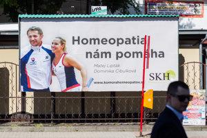 Bilbord podporujúci homeopatiu.