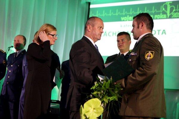 Minister obrany oceňuje vojakov.