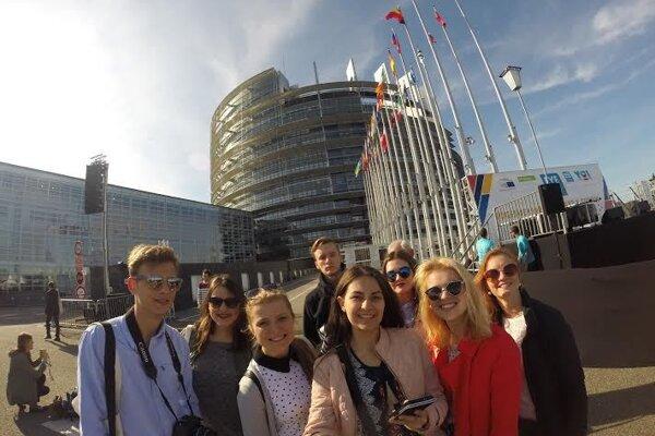 Prievidzskí študenti nezabudli na selfie pred Európskym parlamentom.
