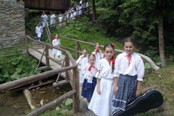 Z Kysuckých grúňov je názov festivalu ľudovej hudby.