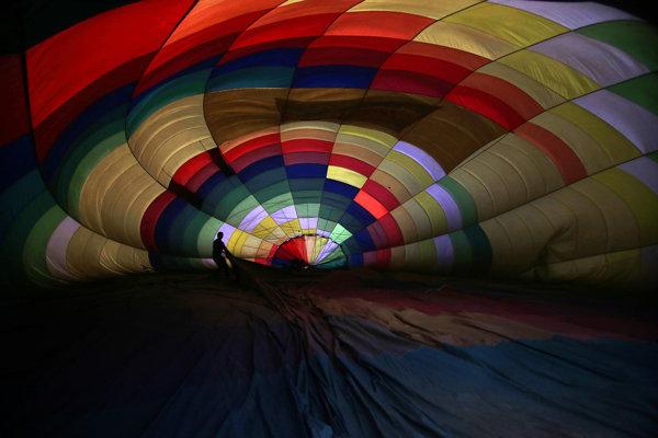 Najatraktívnejšou časťou balónovej fiesty býva nočné nafukovanie balónov. Ilustračné foto.