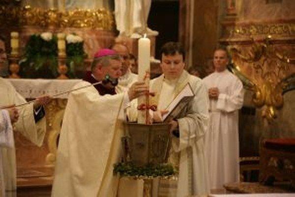 Počas Zeleného štvrtka si kňazi obnovujú sľuby, zároveň sa svätia oleje, ktoré sa používajú pri vysluhovaní sviatostí počas celého roka.
