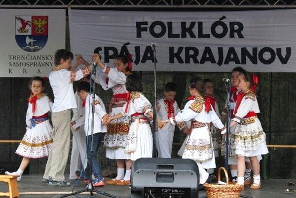 Malí folkloristi sa predstavili so spevom a tancom.