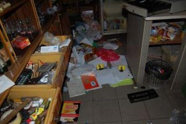 Policajti zistili, že dvojica mužov sa vlámala do objektu potravín a susediaceho pohostinstva, z ktorého odcudzili cigarety a drobné mince.