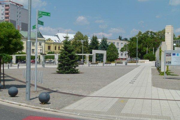 Na námestí v centre Levíc majú v krátkom čase pribudnúť prenosné boxy so stromami.