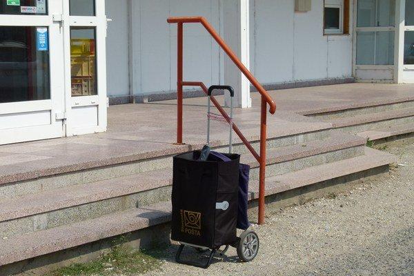 Pošta hovorí, že vozíky so zásielkami nesmú ostať bez dozoru.