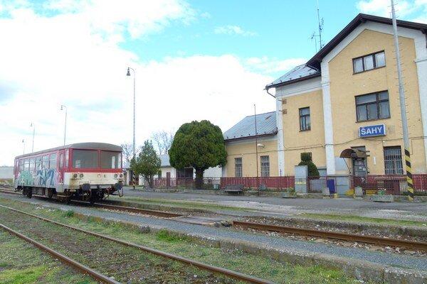 Osobnú dopravu zo Šiah zabezpečuje len vlak smerom do Čaty.