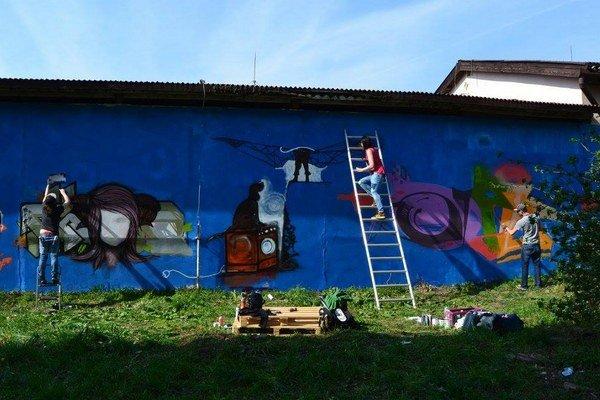 Dvadsiatka grafiťákov sa postarala o oživenie steny stavebnín.