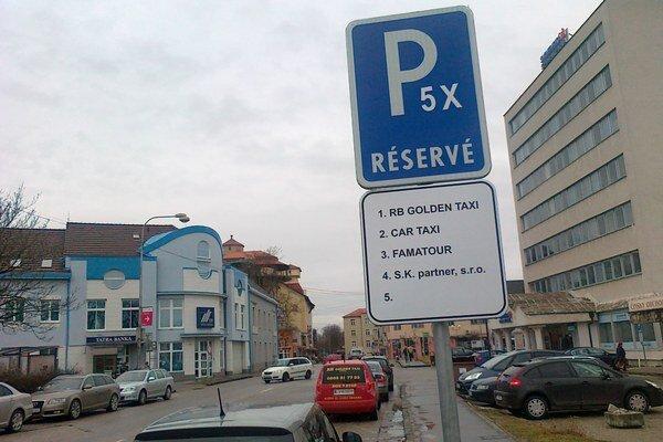 Štyri miesta pred sporiteľňou sú obsadené, na piate vypíše mesto súťaž.