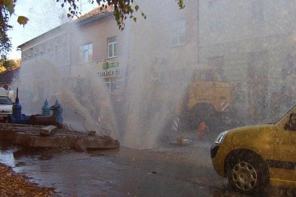 Keď nastane porucha na potrubí, uprostred mesta môže vzniknúť aj takýto gejzír.
