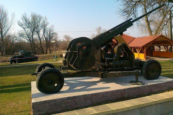 Okrem tanku z druhej svetovej vojny je na brehu Hrona už aj protilietadlový kanón.