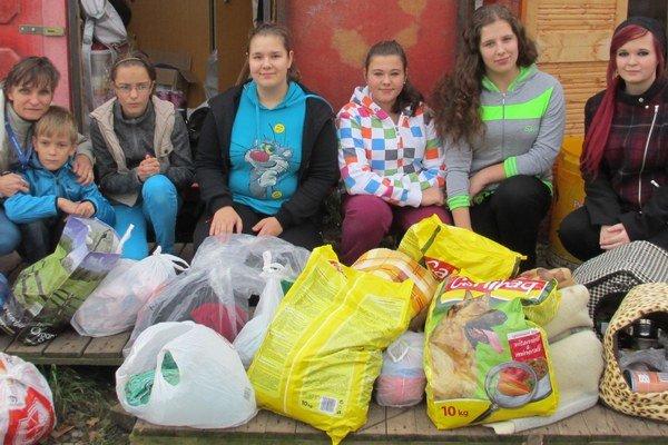 Veci darované do zbierky zaniesli školáci do útulku.