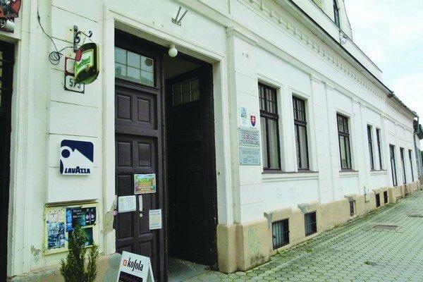 Oddelenie beletrie na Holubyho ulici je od pondelka zatvorené. Kým budú budovu rekonštruovať, knižnica bude v náhradných priestoroch.