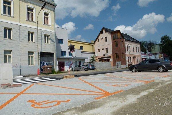 Nové parkovacie miesta na Kasárenskej ulici v Leviciach.