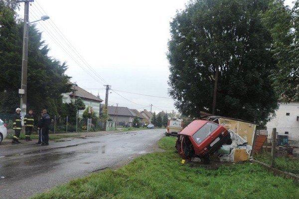 Auto skončilo v autobusovej zastávke.