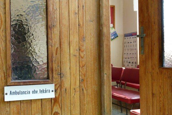 Už polstoročie týmito dverami do čakárne a ambulancie prechádza 84-ročná obvodná lekárka, ktorá by chcela odísť do dôchodku. Náhradu za ňu hľadala obec takmer rok.