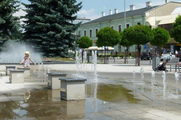 V okolí tzv. detskej fontány sa tvoria kaluže vody.