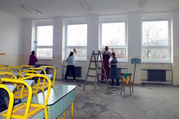 Po výmene okien učebne hneď upratujú, aby sa tam mohli presťahovať triedy.