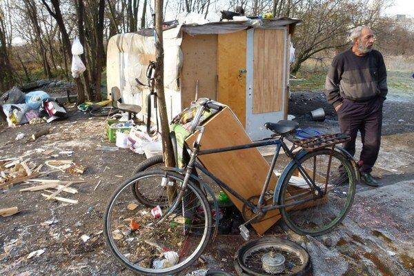 V jednom z príbytkov žije bývalý murár. Vraj ich z dreva postĺkal on sám.