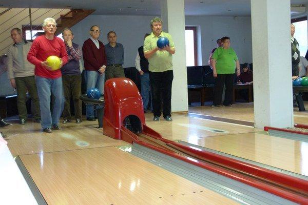 Liekom na Parkinsonovu chorobu je pohyb. Napríklad aj bowlingový turnaj, aký bol v Leviciach.