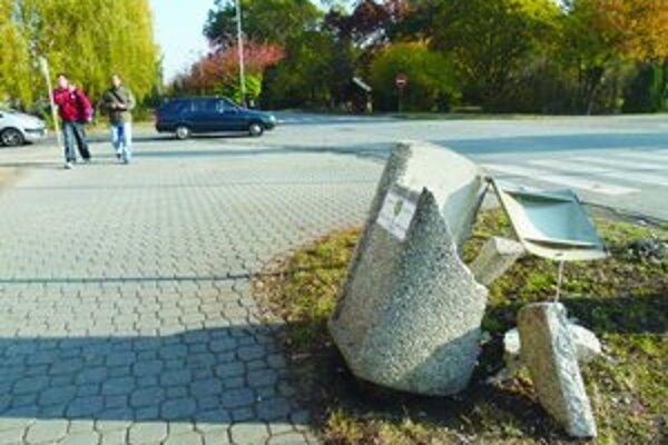 Napriek tomu, že sú odpadové koše z betónu, vandalom neodolajú.