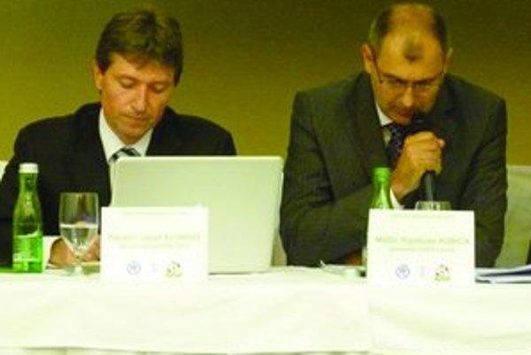 Konferencie sa zúčastnil aj generálny sekretár SFZ Jozef Kliment (vľavo) na fotke spolu s predsedom ObFZ Levice Rastislavom Kubicom.