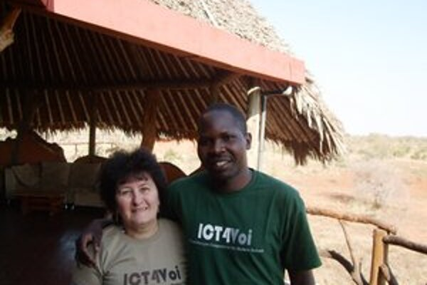 Daniela Skladanová s Davidom Ogiga z partnerskej kenskej organizácie.