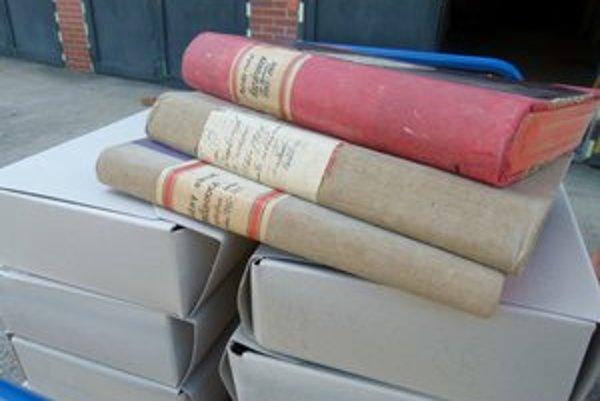 Z Obvodného úradu v Leviciach sťahovali matričné knihy staré sto rokov.