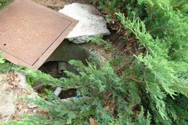 Žena pri strihaní kríkov spadla do odkrytej šachty.
