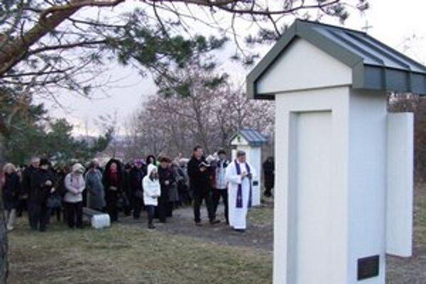 Až do Veľkej noci sú na levickej Kalvárii pobožnosti krížovej cesty.