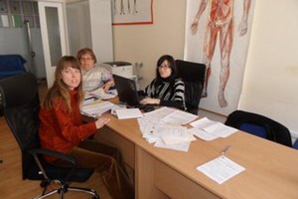 V chránenom pracovisku sociálnu pomoc od marca poskytujú Miroslava Závalcová, Jana Medveďová a Vladka Vavrincová.