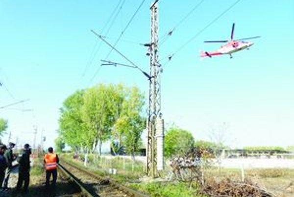 Neďaleko Železničnej stanice v Leviciach utrpel muž popáleniny. Zasiahol ho prúd zo stĺpa trakčného vedenia.