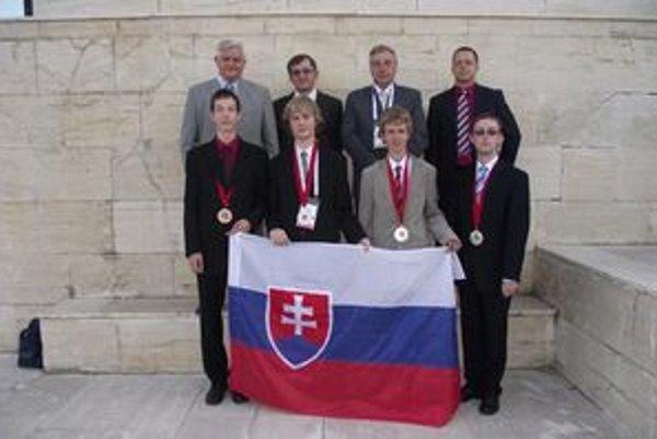 Levičan Dominik Štefanko na fotografii dole druhý sprava.