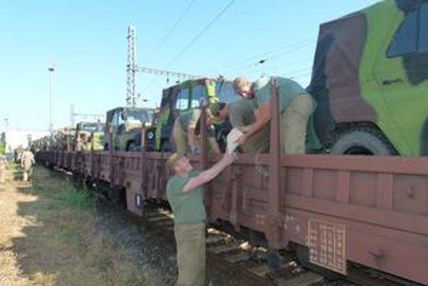 Zo Železničnej stanice v Leviciach dnes odchádza vlak s technikou na vojenské cvičenie.