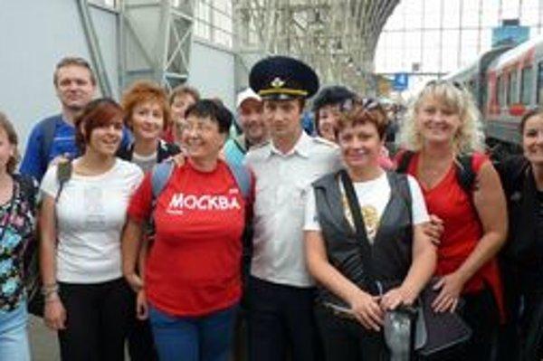 Skupina turistov z Levíc po príchode vlakom do Ruska.