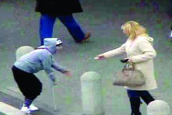 Žobrajúca žena po príchode polície už barlu zázrakom nepotrebovala. Ušla na drahom mercedese.