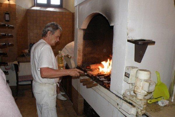Takto sa pečie tradičný trdelník u Františkánov.