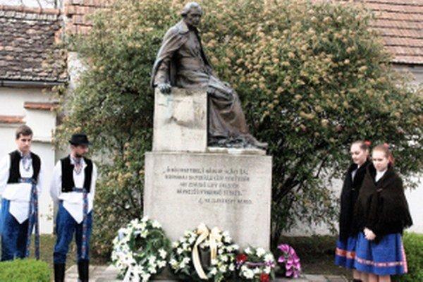 Socha J. Hollého pri jeho rodnom dome.