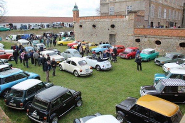 Motoburza v holíčskom zámku je čoraz populárnejšia.
