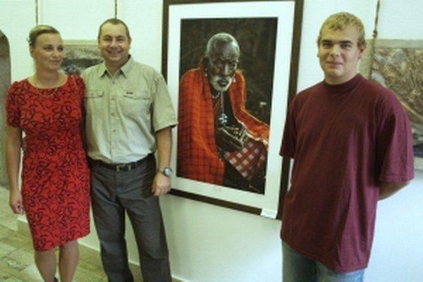 Manželia Mirka a Eduard Timkovci a syn Samuel, vystavujúci fotografi a účastníci výprav do Ekvádoru, Kene a Ugandy.
