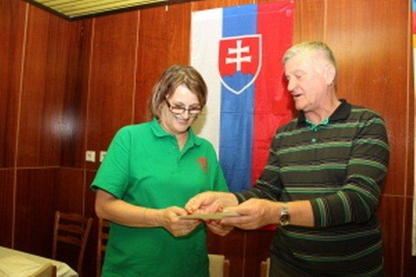 Helena Sedláková preberá ocenenie.