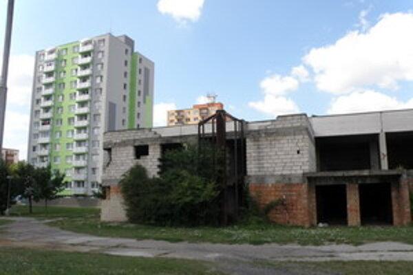 Senická SYDA- edokončená stavba na sídlisku Sotina bola príčinou opakovaných sťažností Seničnov.