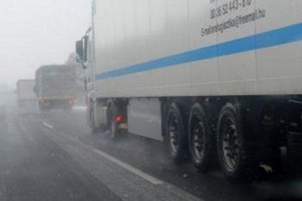 Cesta medzi Malackami a Rohožníkom je vyťažená najmä nákladnou dopravou.
