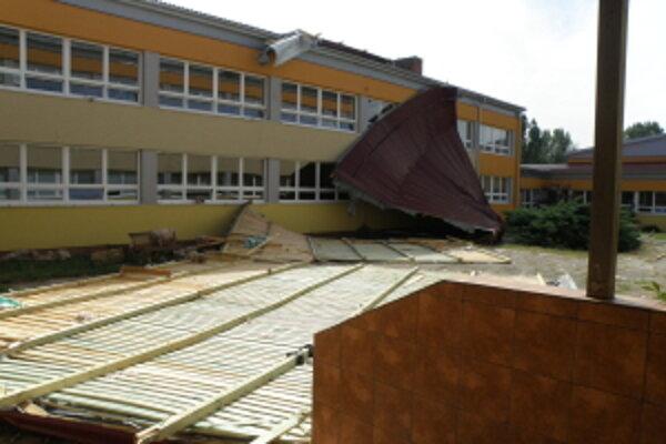 Poškodenú strechu školy stiahnu dole zajtra alebo v pondelok.