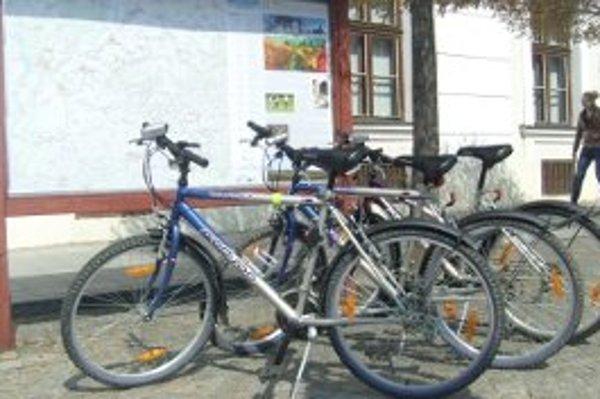 K bicyklom ponúka skalická Turistická informačná kancelária aj doplnkovú výbavu.