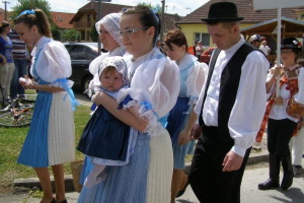 Sprievod krojovaných skupín v Jablonici, najmladšia účastníčka v kroji.