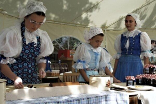 Zľava Jana Kadlíčková, Beata Jankovýchová a Denisa Jankovýchová pri ukážke pečenia.